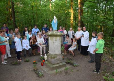 Nabożeństwo Majowe przed figurką Matki Bożej w lesie 2017