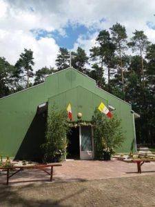 """Tymczasowa kaplica potocznie nazwana """"Zielony kościół"""""""
